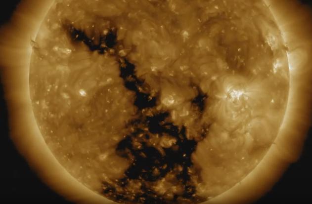 Астроном из РФ  разъяснил  шокирующее видео огромной черной дыры наСолнце