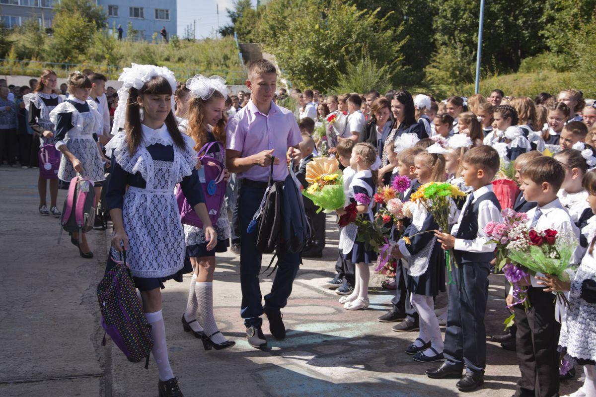 http://www.teleport2001.ru/files/teleport/images/2017/09/04/podarki_ot_energetikov_poluchili_70_pervoklassnikov_p._talakan.jpg