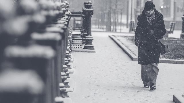 Опоздавшего из-за плохой погоды рабочего  подвергать наказанию  нельзя— Роструд