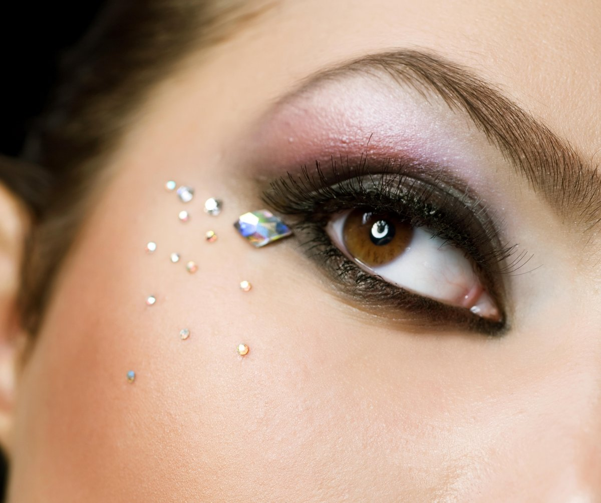 Стразы в новогоднем макияже